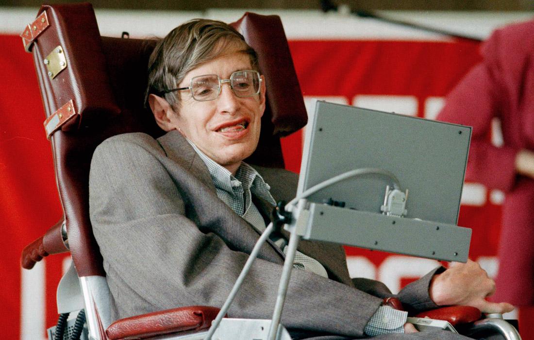 Стивен Хокинг родился 8 января 1942 года в Оксфорде. В 1962 году он закончил Оксфордский университет и начал заниматься теоретической физикой. В 20 лет у Хокинга стали проявляться признаки хронического заболевания центральной нервной системы, которое в дальнейшем привело к полному параличу. С конца 1960-х ученый передвигался только на коляске. После воспаления легких в 1985 году он утратил способность говорить и общался с помощью голосового синтезатора. К концу жизни физик был способен двигать только мимической мышцей щеки, которой он с помощью датчика управлял компьютером.