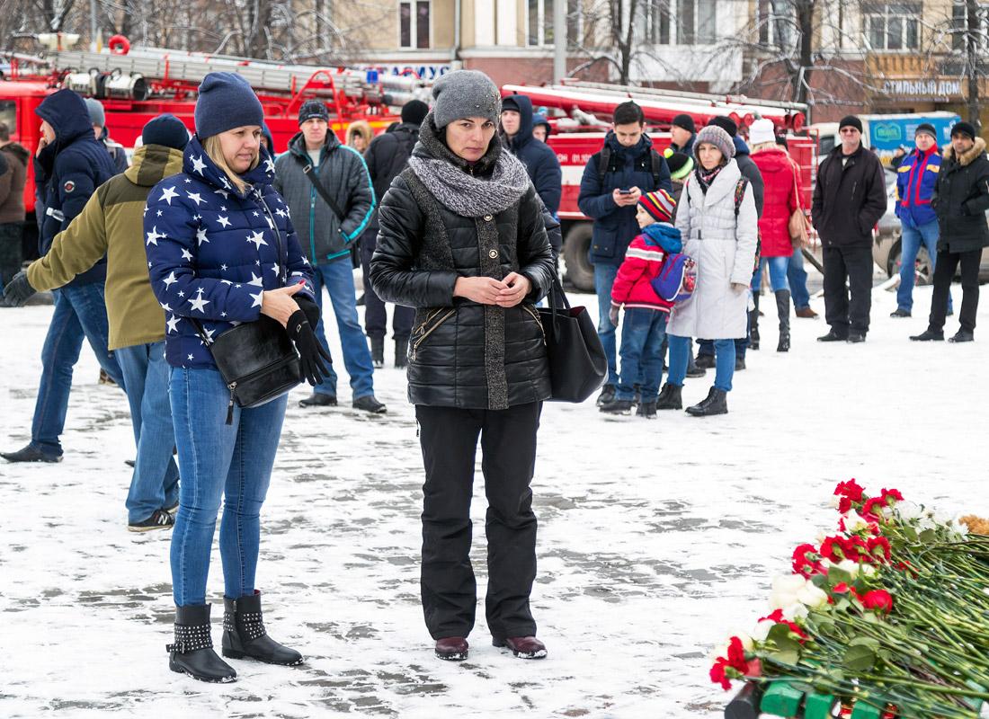 Жители города рядом с местом трагедии
