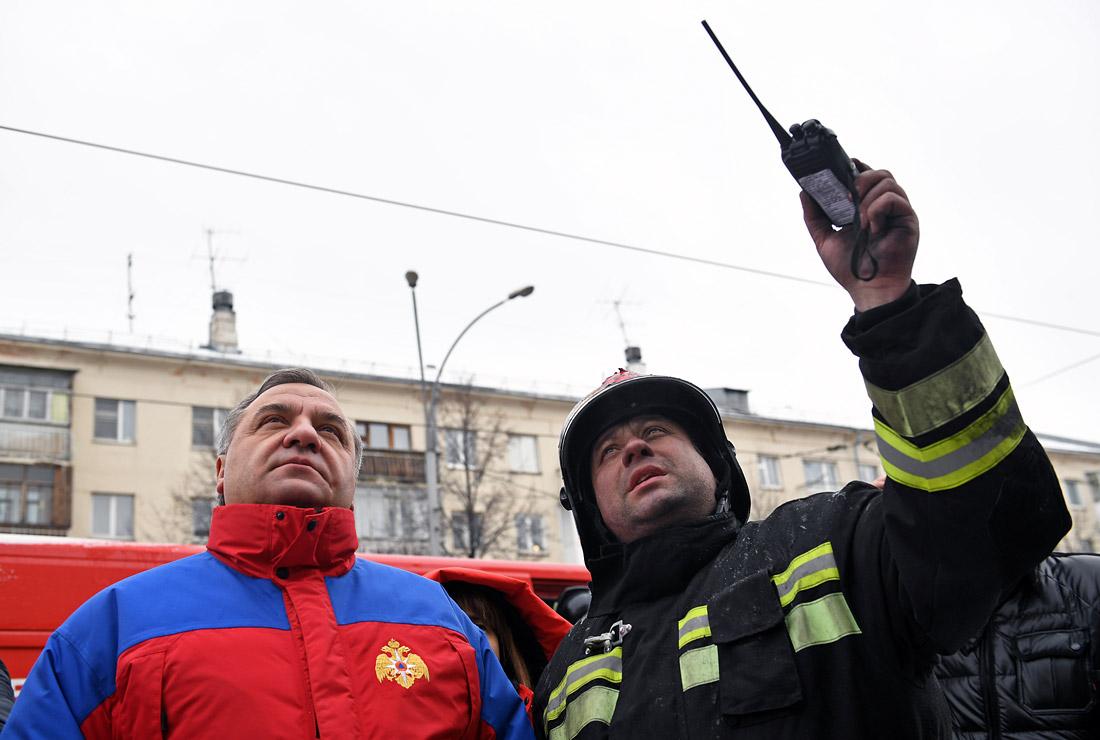 Глава МЧС РФ Владимир Пучков (слева) на месте пожара