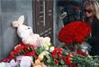 Жители Москвы несут цветы к представительству администрации Кемеровской области в Москве