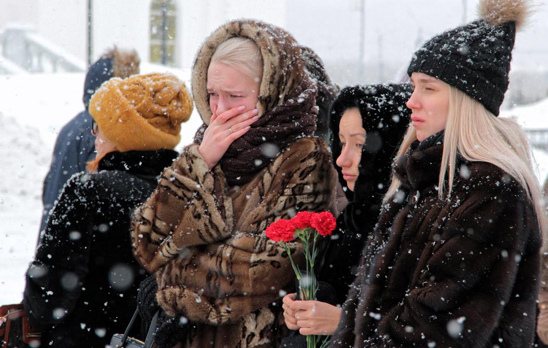 Жители Магадана у памятника святителю Иннокентию Московскому, апостолу Сибири и Дальнего Востока во время акции в память о погибших