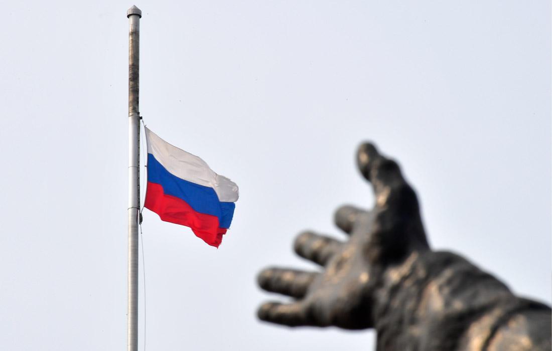 Приспущенный российский флаг на здании администрации Приморского края во Владивостоке