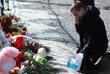 Цветы и игрушки на Дворцовой площади в Санкт-Петербурге