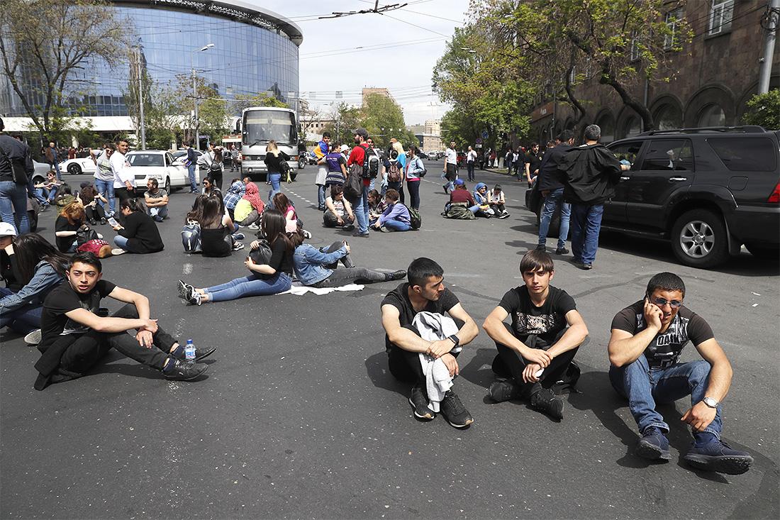 """В накануне в отделения полиции Армении были доставлены 66 участников акции протеста в Ереване, сообщил """"Интерфаксу"""" представитель пресс-службы полиции Эдгар Джаноян."""