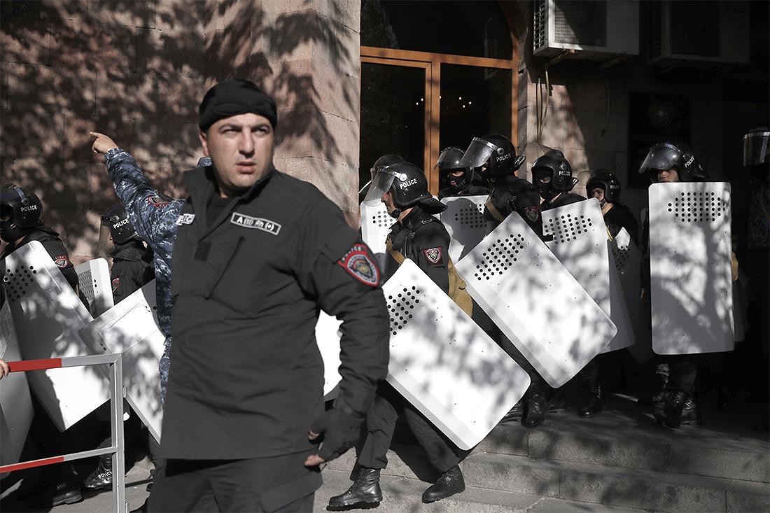 В четверг правительство Армении должно было провести первое заседание во главе с Саргсяном. Обычно заседания начинаются в 11:00 по ереванскому времени (10:00 мск), однако в пресс-службе правительства журналистам сообщили, что заседание пройдет во второй половине дня.