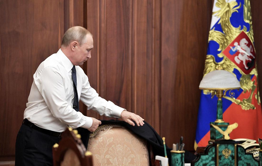 Избранный президент России Владимир Путин перед началом церемонии инаугурации в своем рабочем кабинете в Кремле