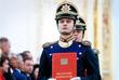 Военнослужащий роты специального караула Президентского полка выносит Конституцию Российской Федерации в Андреевском зале Большого Кремлевского дворца