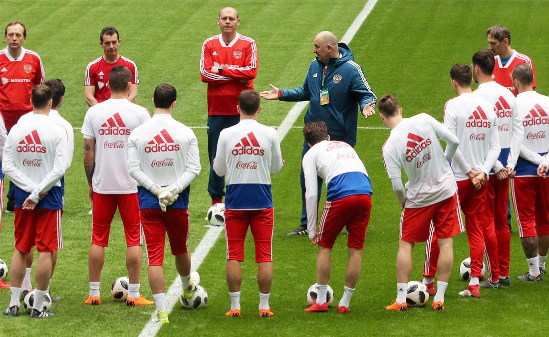 Главный тренер сборной России по футболу Станислав Черчесов (в центре на втором плане)