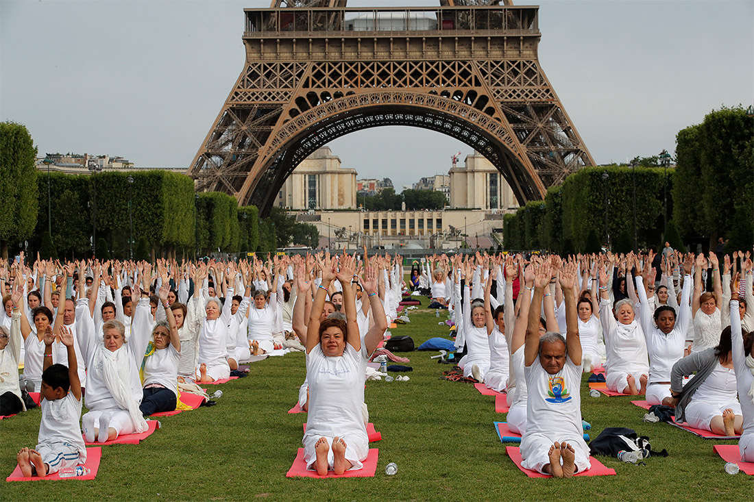 В Париже День йоги встретили чуть раньше - 17 июня