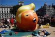 Британские активисты, протестующие против визита президента США Дональда Трампа в страну, запустили в воздух над Лондоном гигантский надувной шар, на котором американский лидер изображен в образе младенца в подгузнике и со смартфоном в руке