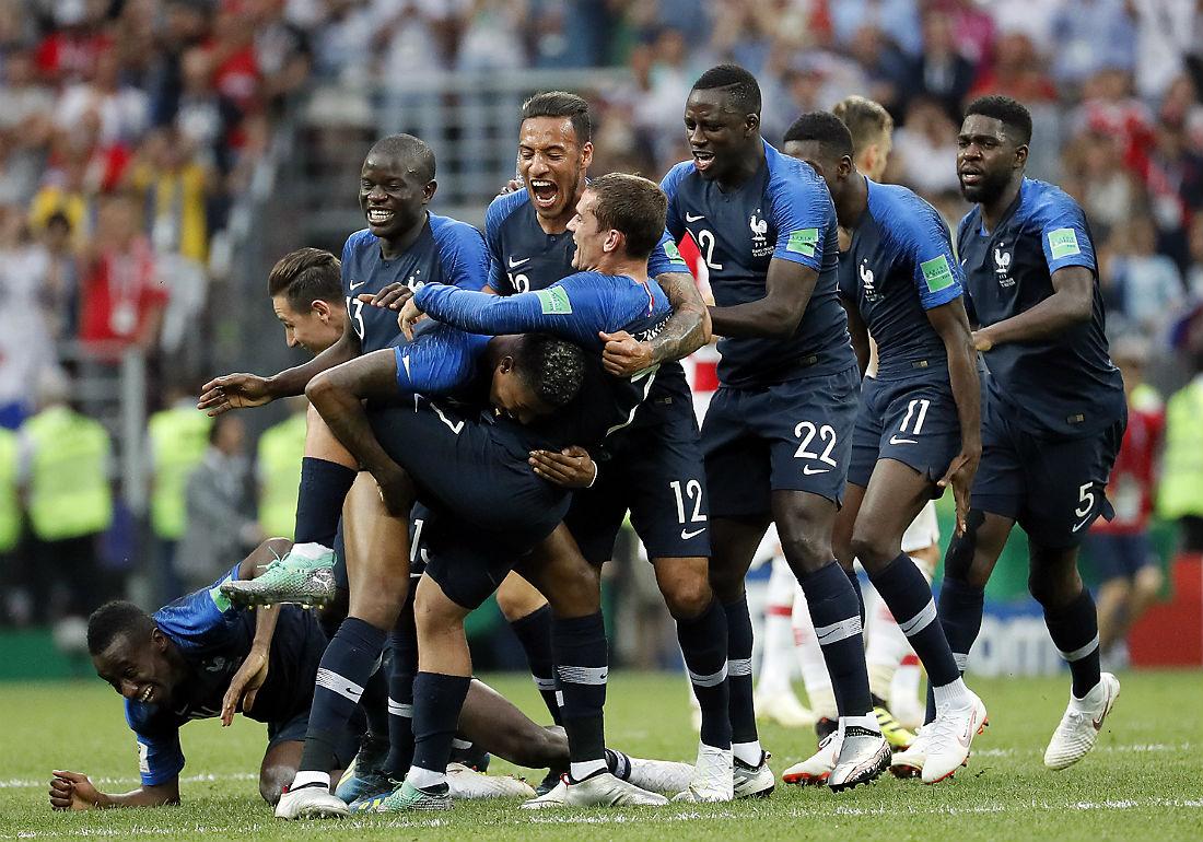 Футболисты сборной Франции празднуют победу