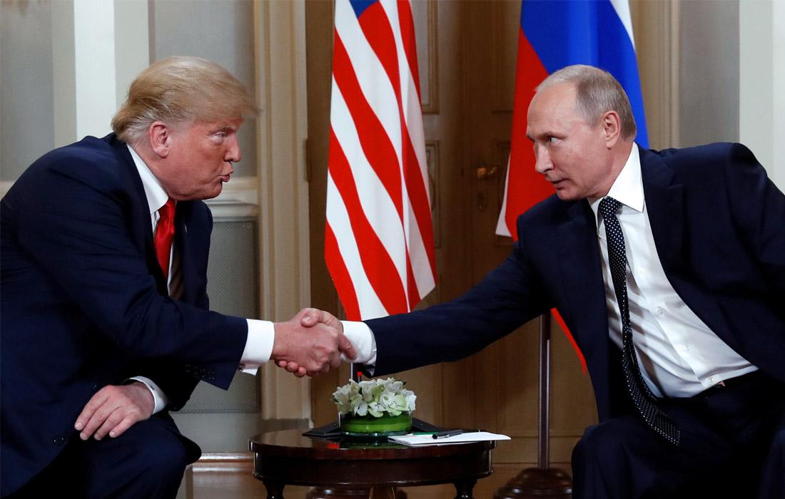 Беседа президентов России и США прошла в Готическом зале. Американский лидер оказался по левую сторону, российский - по правую. Сначала президенты не стали обмениваться рукопожатием, поскольку встретились и пожали друг другу руки в другом зале, однако после своих кратких заявлений Трамп протянул руку и Путин ее пожал.