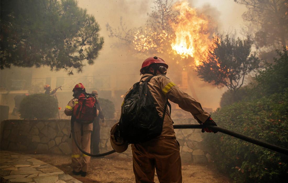 Пока пожарные не могут проникнуть в районы, охваченные пламенем, где также могут находиться погибшие и пострадавшие