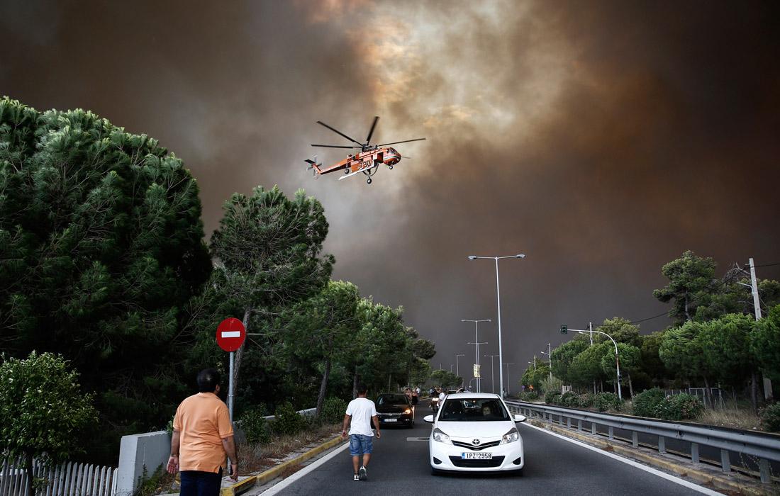 К спасательной операции привлечены военные патрульные катера, военные вертолеты, владельцы частных катеров и лодок, которые морем и по воздуху эвакуируют оказавшихся в плену пожаров людей
