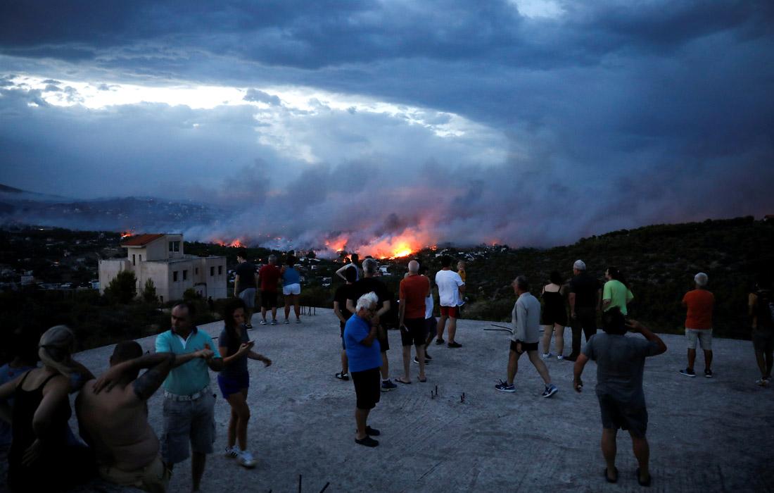 Власти греческой столицы объявили о намерении ввести режим чрезвычайной ситуации в связи с угрозами, которые пожары представляют городу. Часть жителей пригородов Афин уже эвакуирована.