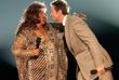 Арета Франклин и актер Хью Джекман на вручении театральной премии Tony Awards в Нью-Йорке. 2005 год.