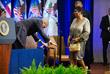 Генеральный прокурор США Эрик Холдер кланяется перед Франклин в Вашингтоне. 2015 год.