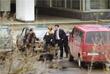 Депутат Госдумы Иосиф Кобзон помогает вывести трех детей с матерью из здания Театрального центра на Дубровке. 2002 год.