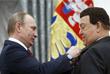 Президент РФ Владимир Путин вручает медаль Героя Труда Российской Федерации Иосифу Кобзону. 2016 год.