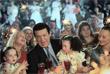 Иосиф Кобзон с женой Нелли (слева), дочерью Натальей (справа) и внучками на съемках новогодней развлекательной программы в Москве. 2003 год.