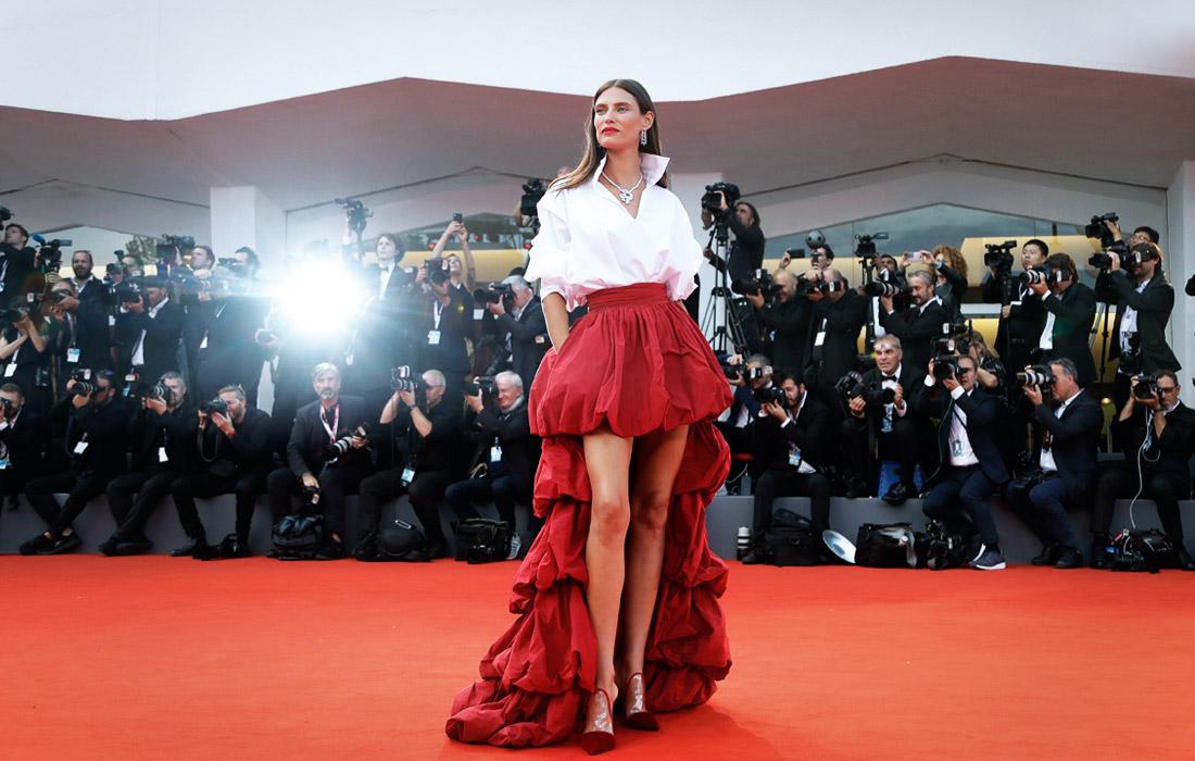 Итальянская супермодель Бьянка Балти позирует на красной ковровой дорожке кинофестиваля