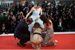 Режиссер Брэйди Корбет, актрисы Натали Портман и Стэйси Мартин помогают Рэффи Кэссиди поправить платье на красной дорожке кинофестиваля