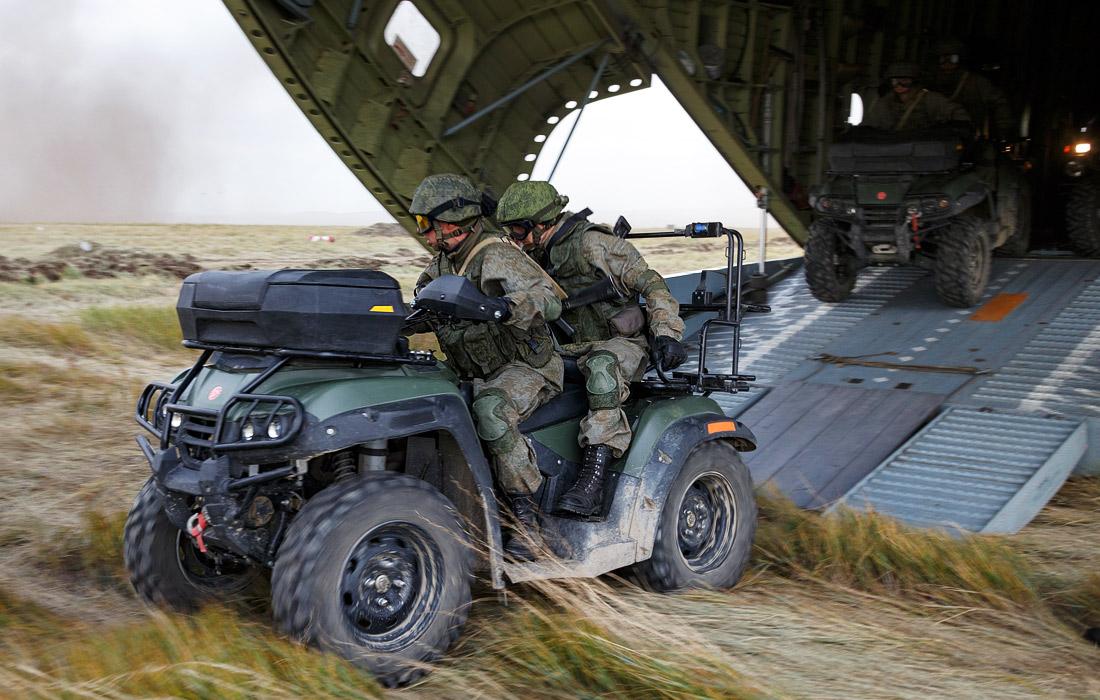 Всего к маневрам привлечено около 300 тыс. российских военнослужащих, более 1 тыс. самолетов, вертолетов и беспилотных летательных аппаратов, до 36 тыс. танков, бронетранспортеров и других машин, до 80 кораблей и судов обеспечения. Подобных масштабных маневров армия не проводила с 1981 года.