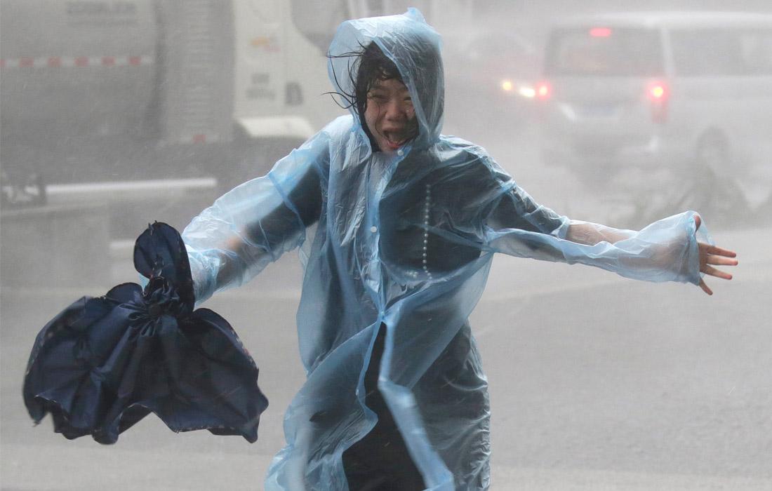 Во время бушующего тайфуна в китайском Шэньчжэне