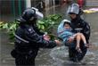 Полицейские спасают ребенка на затопленной улице в Гонконге