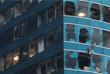 Разбитые окна в офисной башне One Harbourfront в Гонконге