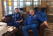 """Глава """"Роскосмоса"""" Дмитрий Рогозин общается с астронавтом NASA Ником Хейгом, который проходит медобследование после аварийной посадки"""