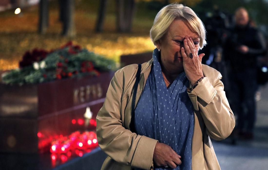 Жители Москвы несут цветы и свечи к мемориалу Города-героя Керчи в Александровскому саду