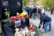 Стихийный мемориал в память о погибших при нападении на колледж в Керчи
