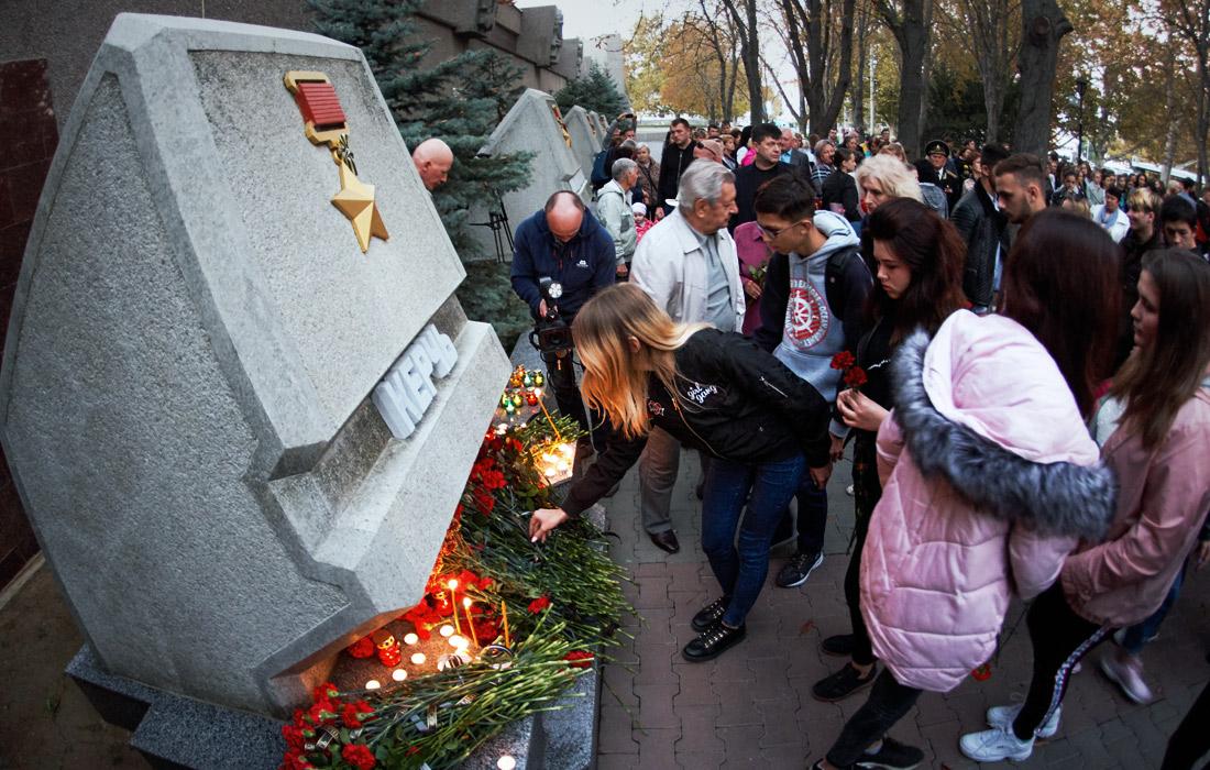 Возложения цветов и свечей на акции в память о погибших в Севастополе
