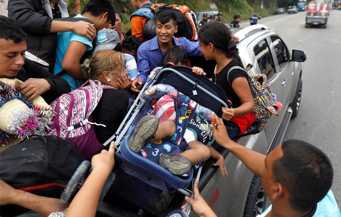 Изначально в путь вышли около двухсот человек. Сейчас колонна, насчитывающая уже больше 7 тысяч беженцев, продолжает расти.