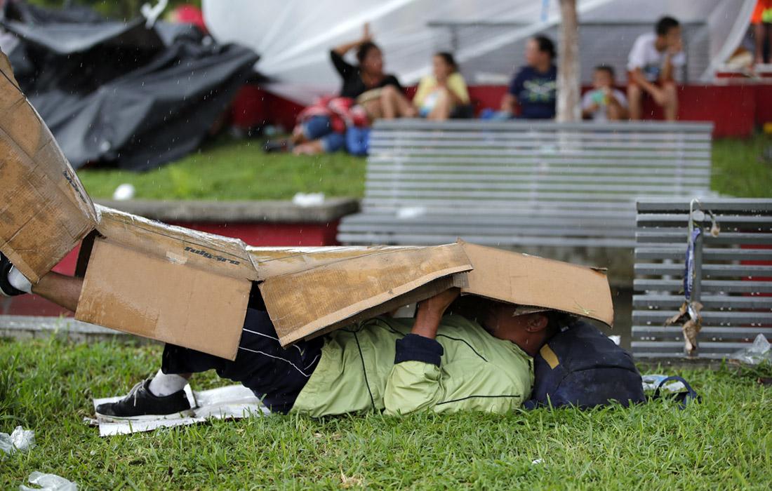 Люди, покинувшие родные места в поисках лучшей жизни, спят и отдыхают на улицах, чтобы затем возобновить движение