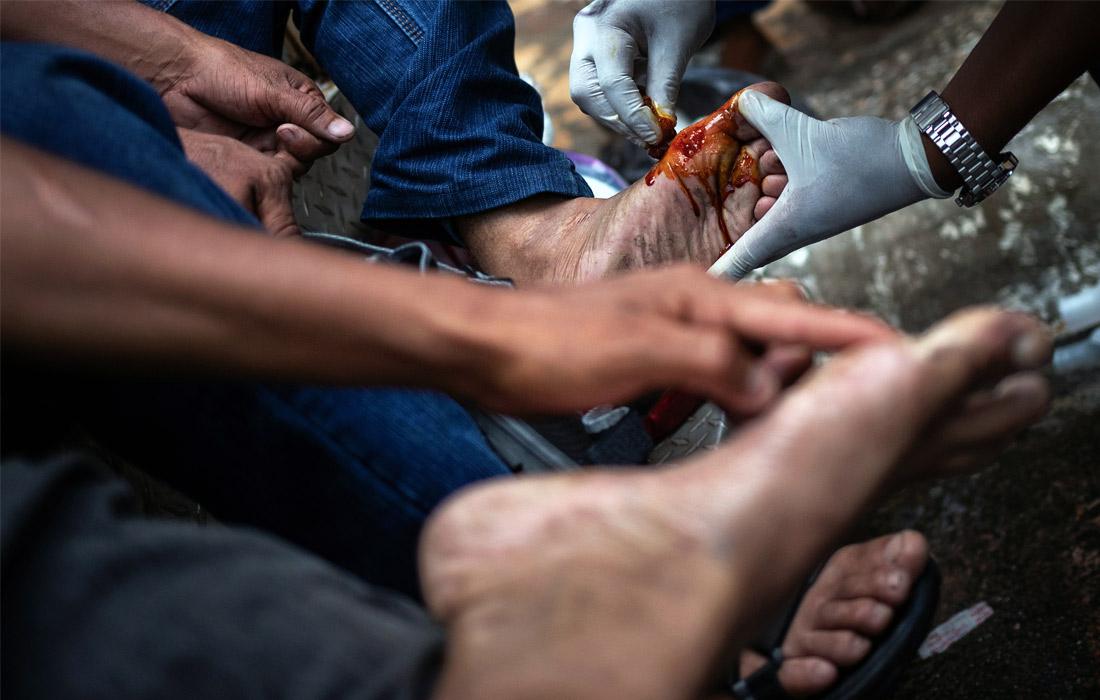 Чтобы попасть США, мигранты проходят огромные расстояния пешком и преодолевают заборы из колючей проволоки