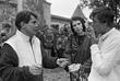 Кинорежиссер Юрис Подниекс (слева), английский продюсер Вероника Боднарк и Николай Караченцов во время обсуждения съемок в Никитской слободе. Август 1987 года.