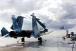 """Истребители Су-33 (на первом плане) и МиГ-29К (на дальнем плане) на палубе тяжелого авианесущего крейсера """"Адмирал Кузнецов"""". Средиземное море, 2017 год."""