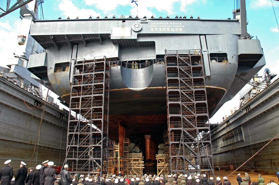 Авианосец в плавучем доке судоремонтного завода во время специальных учений по тыловому и техническому обеспечению сил флота России. Мурманская область, 2006 год.