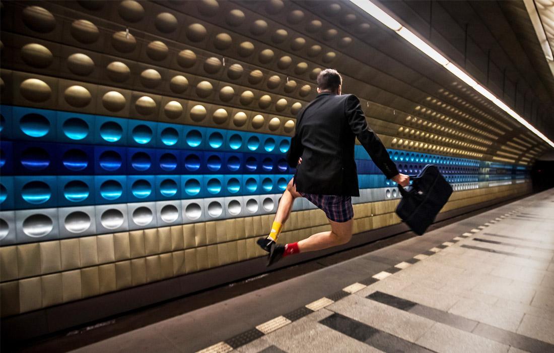 """В Праге прошел ежегодный январский флешмоб """"В метро без штанов"""""""