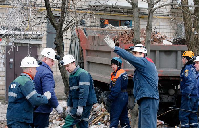 В МЧС сообщили об угрозе дальнейшего обрушения дома в Шахтах