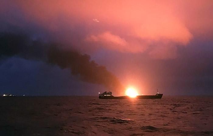 Названа вероятная причина взрыва и пожара на двух судах в Черном море