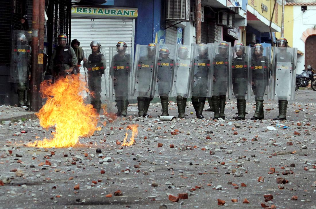Между тем, армия Венесуэлы, судя по заявлению министра обороны Владимира Падрино Лопеса, осталась на стороне Мадуро