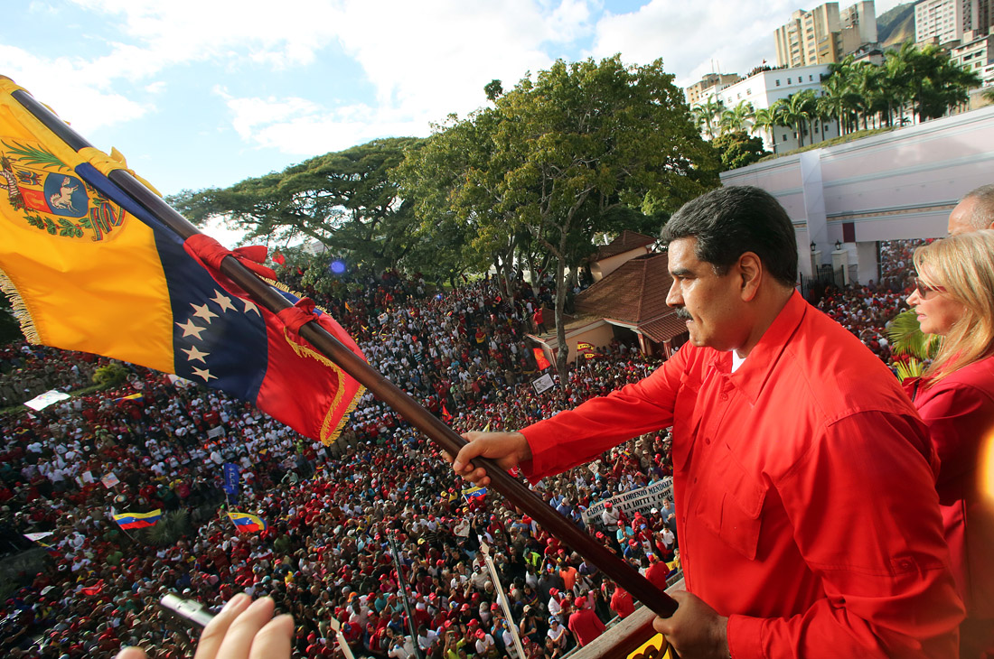 В свою очередь президент Николас Мадуро объявил о намерении разорвать дипломатические и политические отношения с США и дал 72 часа на то, чтобы американские дипломаты покинули венесуэльскую территорию