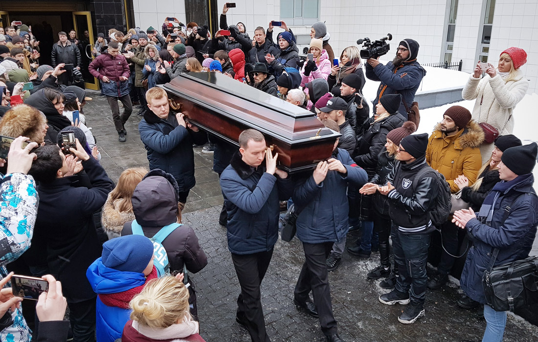 Вынос гроба с телом музыканта после церемонии прощания