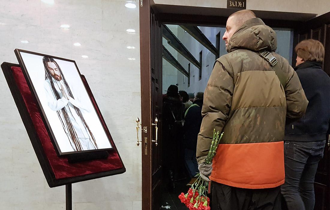 Портрет Децла у здания ЦКБ Управления делами президента РФ
