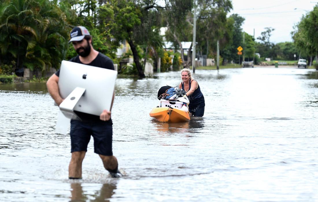 В штате Квинсленд на севере Австралии в результате одного из крупнейших наводнений было эвакуировано более 1100 человек. В воскресенье, 3 февраля, из-за рекордных дождей власти были вынуждены открыть дамбу, умышленно затопив около 2000 жилых домов.
