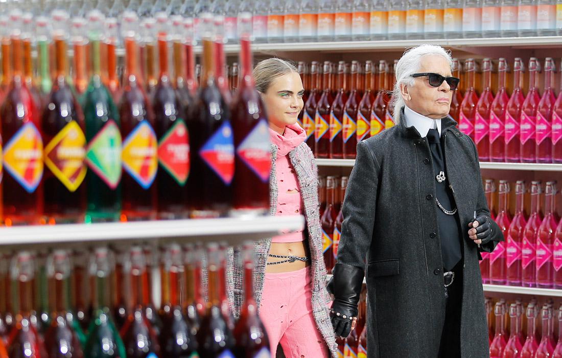 Модель Кара Делевинь и Карл Лагерфельд во время показа Chanel в декорациях продовольственного магазина. 2014 год.