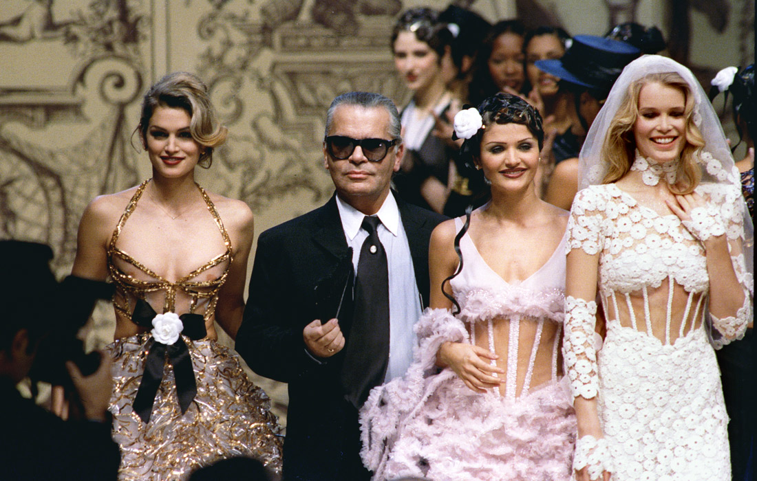 Карл Лагерфельд в окружении топ-моделей Синди Кроуфорд, Хелены Кристенсен и Клаудии Шиффер. 1993 год.